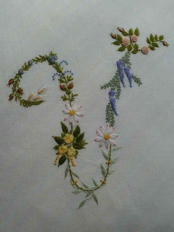detail lettre fleurie V